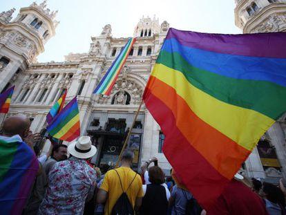 La bandera arcoíris, colgada de la fachada del Ayuntamiento de Madrid, en la plaza de Cibeles.