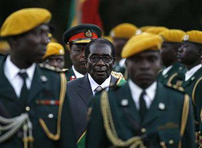 Mugabe, en el centro, durante la ceremonia de investidura como presidente ayer en Harare.
