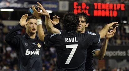 Cristiano Ronaldo y Kaká felicitan a Raúl por su gol ante el Tenerife.