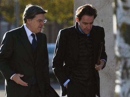 El empresario Javier López Madrid, a la derecha, acude acompañado de su abogado a la Audiencia Nacional para asistir al juicio del 'caso Bankia'.