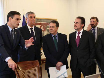 El presidente del Gobierno, Pedro Sánchez, con la junta directiva de Anfac, la patronal de marcas.