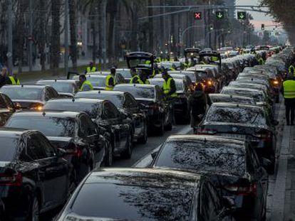 Las empresas de transporte comunican a sus usuarios que la obligación de precontratar los coches con 15 minutos de antelación les impide seguir operando en la ciudad