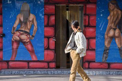 Un hombre pasa delante de un mural erótico a la entrada de una casa de masajes en Tel Aviv (Israel).