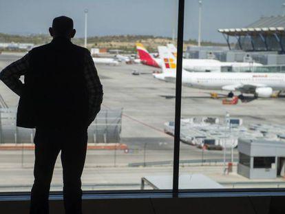 Un hombre observa los aviones este martes en el aeropuerto Adolfo Suárez Madrid-Barajas.