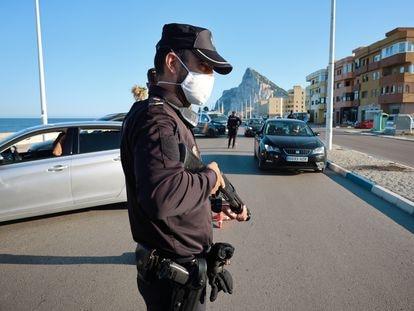 Control policial en el barrio de San Bernando, de la Linea de la Concepción (Cádiz), tras la oleada de disturbios, este viernes.