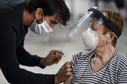 Una mujer recibe una vacuna contra la covid-19 en Buenos Aires, el pasado 15 de abril.