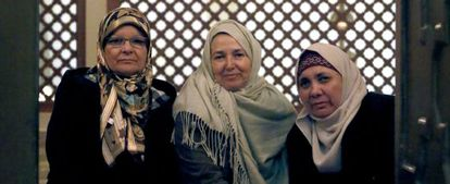 De izquierda a derecha, María Antonia, Consuelo y Ángeles en la mezquita del barrio de Tetuán.