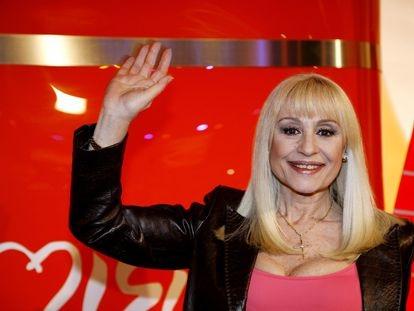 La cantante Rafaella Carrà posa para una fotografía, en marzo de 2008, durante una visita a España.    07/03/2008
