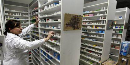 Una farmacéutica busca un medicamento.