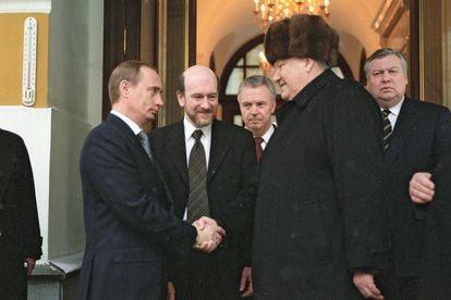 Boris Yeltsin (derecha) estrecha la mano a Vladímir Putin, entonces primer ministro y presidente interino, al dejar el Kremlin, en 1999.