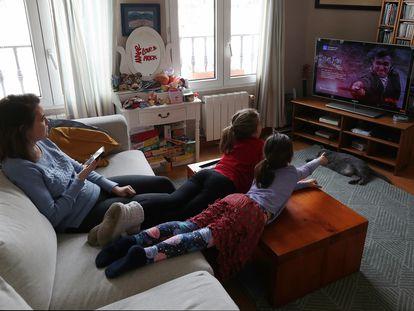 Una familia utiliza una plataforma de pago de televisión durante la cuarentena por el coronavirus.