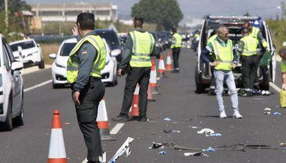 Agentes de la Guardia Civil de Tráfico intervienen tras un accidente.