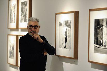 El fotógrafo César Lucas, ayer ante varias de sus obras recogidas en la retrospectiva que muestra Periscopio en Vitoria.