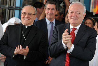El ministro Moratinos y el cardenal cubano Jaime Ortega, durante una visita al asilo de Santovenia en La Habana.