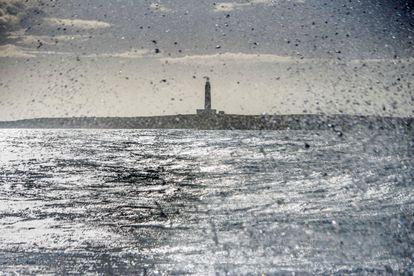 Olas rompen en Son Ganxo (Menorca) con la isla del Aire al fondo, el pasado febrero.