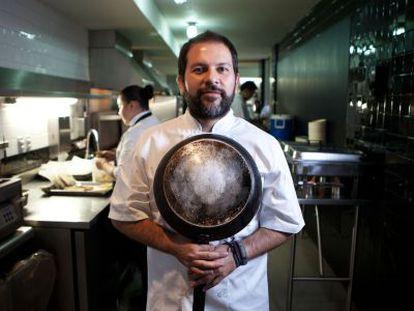 Enrique Olvera, con una sartén en la mano, en su restaurante Pujol.