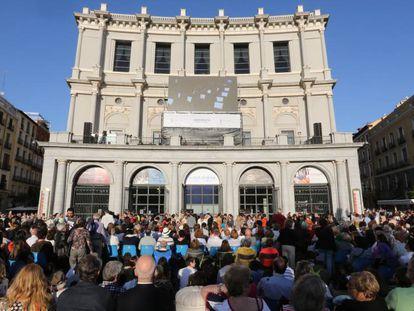 Fachada del Teatro Real durante la retransmisión de La Traviata en mayo de 2015.