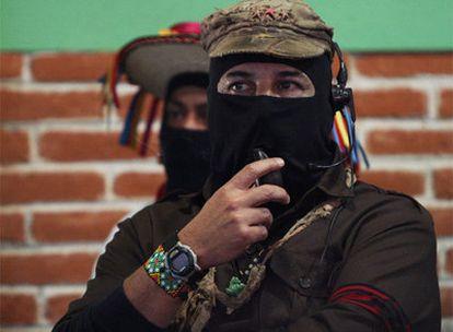 El líder zapatista fuma de su pipa durante un acto en San Cristóbal de las Casas con motivo del aniversario del alzamiento.