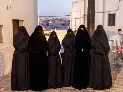 Las cobijadas de 2021 de Vejer de la Frontera (Cádiz), antes de salir al escenario para el acto de proclamación de cobijada mayor.