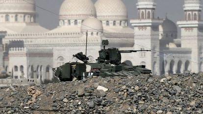 Un vehículo militar frente al palacio presidencial yemení.