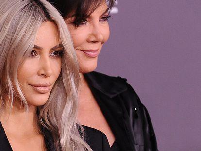 Kim Kardashian y su madre Kris Jenner posan ante la prensa en la gala LACMA en 2017 en Los Ángeles.  Jenner, la matriarca de la familia, es la responsable de la subida a los cielos de la cultura pop de todas sus hijas.