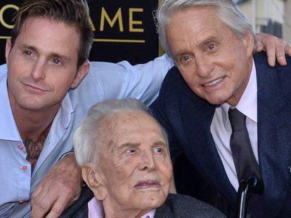Michael Douglas. con su hijo Cameron y su padre Kirk. En el vídeo, Michael Douglas recibe su estrella en el Paseo de la Fama.