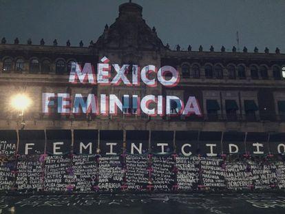 Una proyección en la fachada del Palacio Nacional de México en señal de protesta por el cerco del edificio ante el 8 de marzo.
