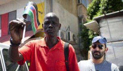 Un policía detiene a inmigrante de Sudán del Sur el pasado día 11 en Tel Aviv.