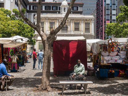 Plaza de Green Market, en Ciudad del Cabo, Sudáfrica, en diciembre de 2020. Los habitualmente abarrotados puestos de artesanía africana están vacíos desde el inicio de la covid-19