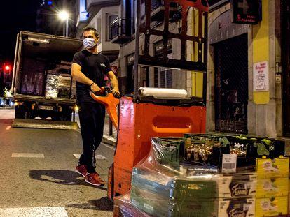 25/10/2020 Un transportista descarga alimentos para un comercio del centro de Girona /Toni Ferragut