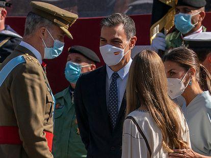 El rey Felipe VI, el presidente del Gobierno, Pedro Sánchez, la reina Letizia y la infanta Sofía, durante el desfile, este martes.