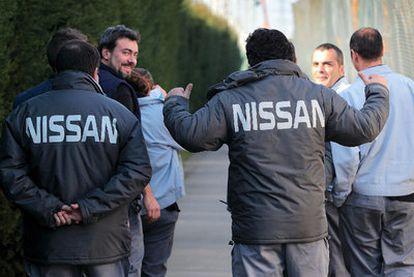Trabajadores de la factoría de Nissan en Barcelona, ayer tras conocerse la decisión de la multinacional.