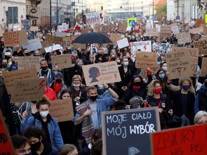 Séptimo día de manifestaciones en Varsovia contra el veto al aborto que restringe todavía más la interrupción del embarazo en Polonia, este miércoles.