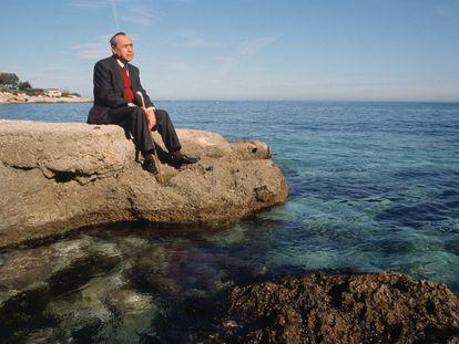 Leonardo Sciascia contempla el mar en Palermo.