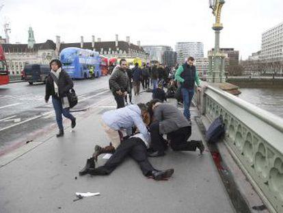 Hay cinco muertos y 40 heridos, probablemente arrollados por un vehículo que habría circulado a toda velocidad por la calzada