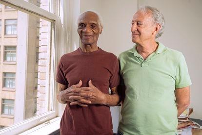 Joe Ligan, a la izquierda, con su abogado, Bradley Bridge, en Filadelfia.