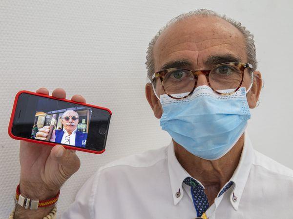 Manuel Pedrosa muestra una foto suya antes de pasar la covid-19 al terminar su revisión en el Hospital de Torrejón.