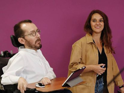 Los coportavoces de Podemos Pablo Echenique y Noelia Vera. En vídeo, Podemos propone prohibir que los partidos y los medios puedan financiarse a través de bancos