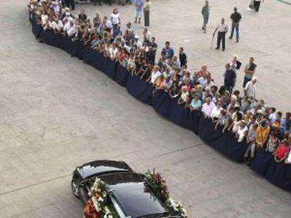 Centenares de personas ven pasar el féretro de Manolo Escobar.