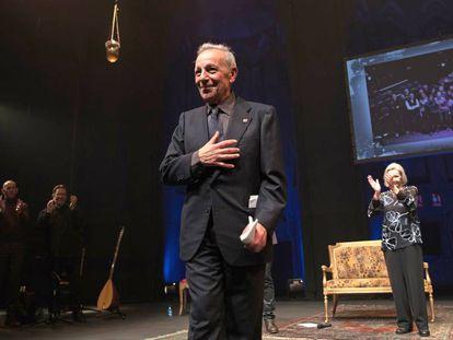 José Luis Gómez, en primer plano, flanqueado por detrás por Núria Espert y Lluís Homar, durante el homenaje que recibió este jueves en el Teatro de la Abadía de Madrid.
