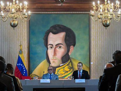 Jorge Rodríguez y Jorge Arreaza, ministro de Comunicación y canciller de Venezuela. En vídeo, las declaraciones de Rodríguez y Juan Guaidó sobre el acuerdo.