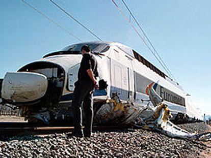 El <b></b><i>Euromed</i> arrastró la furgoneta, que quedó destrozada, como muestra la imagen.