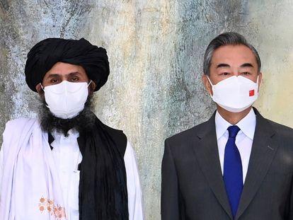 El cofundador de la milicia talibán, Abdulghani Baradar, y el ministro de Exteriores chino, Wang Yi, en su reunión en Tianjin (China) el 28 de julio.