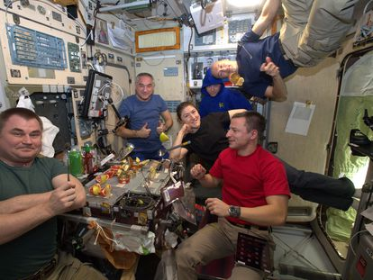 Astronautas celebrando una comida especial, en la Estación Espacial Internacional.