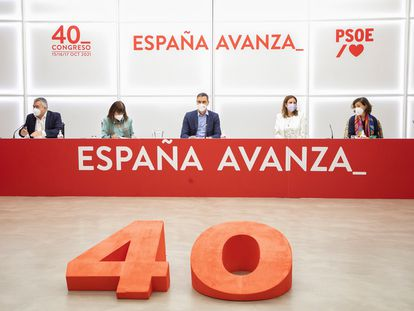 El presidente del gobierno y secretario general del PSOE, Pedro Sánchez (centro de la imagen), durante la reunión de la Comisión Ejecutiva Federal del PSOE en la sede socialista de la calle Ferraz de Madrid, este viernes.