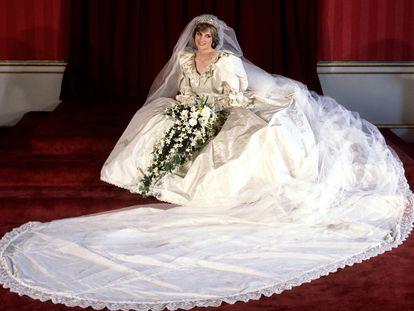 Diana de Gales, en el día de su boda, el 29 de julio de 1981, en un retrato tomado en el palacio de Buckingham vestida de novia.