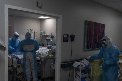 Personal médico atiende a un paciente con covid en la UCI del United Memorial Medical Center de Houston (Texas).