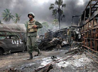 Un soldado de Sri Lanka camina por una de las últimas zonas tomadas a los tamiles, en una imagen distribuida por el Gobierno de Colombo.