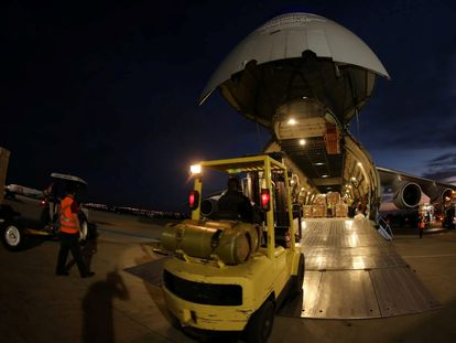 Un avión de carga con equipamiento sanitario chino destinado a Brasil, este miércoles.