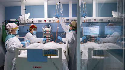 El personal sanitario atiende a un paciente con covid-19 en la UCI del Hospital del Mar de Barcelona, este miércoles.